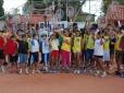 Crianças de escolas públicas jogam tênis em Teresina