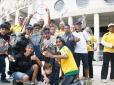 Tênis movimenta crianças na Praça Charles Miller em SP