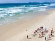 Juvenis fazem trabalhos físicos na Praia da Joaquina, em Florianópolis