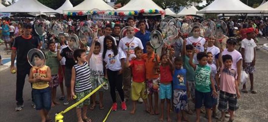 Cerca de 800 crianças brincam com tênis em João Pessoa